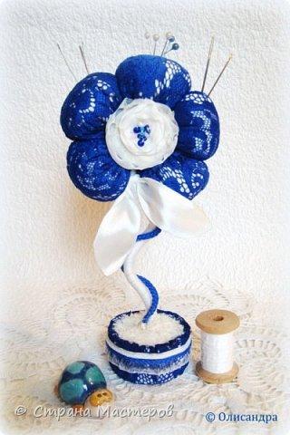 """Предыдущие цветочки , деревья, топиарии... https://stranamasterov.ru/node/151489?t=292 ********************************************* Добрый день, дорогие друзья! В последнее время питаю особую любовь к синему цвету, поэтому создавая очередную игольницу-цветок, выбрала сочетание синего кружева с белым капроном и атласом. Название родилось само собой... """"Синецветик"""".  фото 1"""