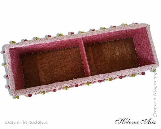 Сделала подарок на день рождения, коробочка для карандашей, высота 11 см, и коробка для разных мелочей на столе размер 24 см на 8 см. Коробку делала из картона. Обклеена снаружи матерей, внутри бумага и дно внутри материя.   фото 5