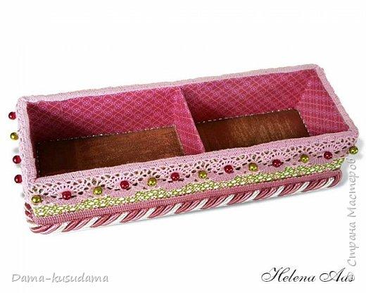 Сделала подарок на день рождения, коробочка для карандашей, высота 11 см, и коробка для разных мелочей на столе размер 24 см на 8 см. Коробку делала из картона. Обклеена снаружи матерей, внутри бумага и дно внутри материя.   фото 4