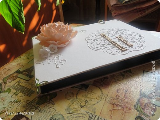 Две очень похожие книги пожеланий на свадьбу. Пожелания писали серебристой гелевой ручкой и вставляли моментальные фотки. Получилось классно (я была на одной из свадеб и видела результат) Первая книга кремовая вертикальная фото 5