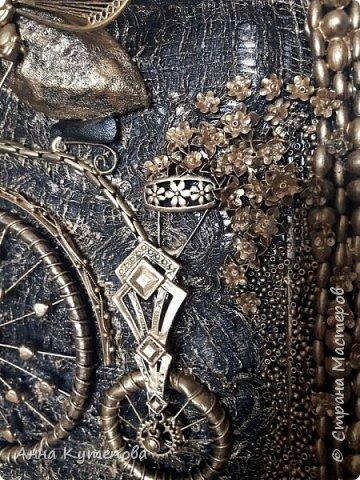 После удачного и всеми любимого муравья родилась вот такая счастливая муха на крутом велосипеде. Практически начало коллекции.  Делалось так. На рамку наклеена марля. Тело - картон, бумага, клей, чулок. Голова - бумага, клей. Глаза-стеклянные камушки. Велосипед - трубочки от капельницы, проволока, цепочки, укршения. Сиденье - кожа. На рамке бусы, бисер. Крылья - серёжки. фото 6