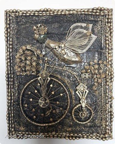 После удачного и всеми любимого муравья родилась вот такая счастливая муха на крутом велосипеде. Практически начало коллекции.  Делалось так. На рамку наклеена марля. Тело - картон, бумага, клей, чулок. Голова - бумага, клей. Глаза-стеклянные камушки. Велосипед - трубочки от капельницы, проволока, цепочки, укршения. Сиденье - кожа. На рамке бусы, бисер. Крылья - серёжки. фото 1
