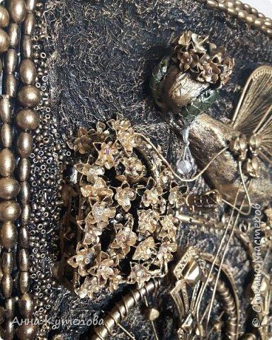 После удачного и всеми любимого муравья родилась вот такая счастливая муха на крутом велосипеде. Практически начало коллекции.  Делалось так. На рамку наклеена марля. Тело - картон, бумага, клей, чулок. Голова - бумага, клей. Глаза-стеклянные камушки. Велосипед - трубочки от капельницы, проволока, цепочки, укршения. Сиденье - кожа. На рамке бусы, бисер. Крылья - серёжки. фото 2