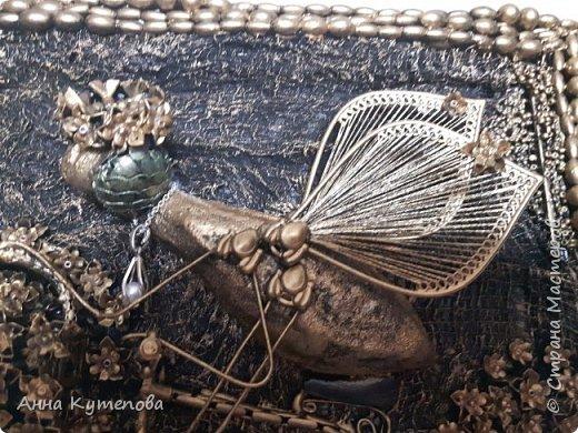 После удачного и всеми любимого муравья родилась вот такая счастливая муха на крутом велосипеде. Практически начало коллекции.  Делалось так. На рамку наклеена марля. Тело - картон, бумага, клей, чулок. Голова - бумага, клей. Глаза-стеклянные камушки. Велосипед - трубочки от капельницы, проволока, цепочки, укршения. Сиденье - кожа. На рамке бусы, бисер. Крылья - серёжки. фото 5