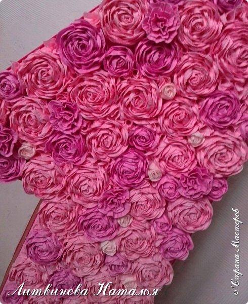 Попросили сделать для фотосессии....на годик доченьке, в розовых тонах. Розы, крученые из гофры, около 200шт + обои. Основа пенопласт.  Высота 65см, основание 27см*18см ...Толщина цифры 7,5см фото 5