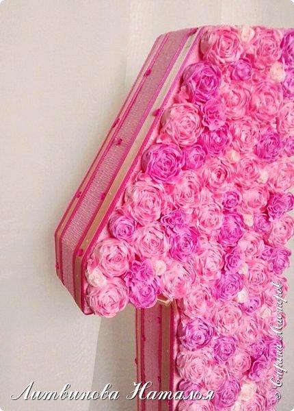 Попросили сделать для фотосессии....на годик доченьке, в розовых тонах. Розы, крученые из гофры, около 200шт + обои. Основа пенопласт.  Высота 65см, основание 27см*18см ...Толщина цифры 7,5см фото 6