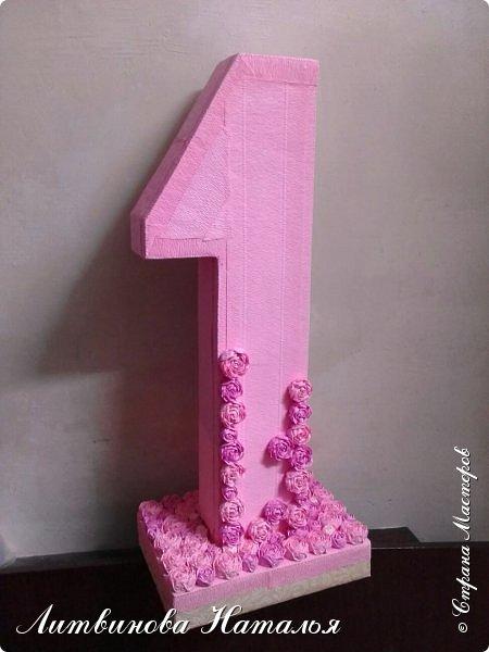 Попросили сделать для фотосессии....на годик доченьке, в розовых тонах. Розы, крученые из гофры, около 200шт + обои. Основа пенопласт.  Высота 65см, основание 27см*18см ...Толщина цифры 7,5см фото 9
