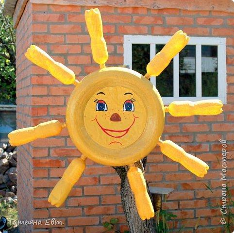 Привет всем! Вот и подходит к концу наше жаркое, наполненное разными интересными событиями лето. Жаль с ним расставаться, ведь столько хороших событий и радостных сюрпризов оно нам принесло! Но мы не будем сильно грустить по тёплым летним денькам, мы продлим наше лето своими руками! ;) Вот я и решила сделать на дачном участке милое солнышко,которое будет согревать своей улыбкой даже холодной зимой и дождливой осенью!:)  Предлагаю вашему вниманию несколько поэтапных фото, как делалось это солнышко! фото 6