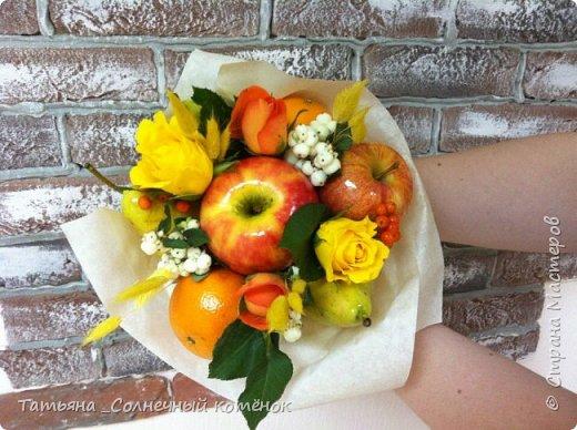 Вкусный букет из фруктов, ягод и цветов фото 1