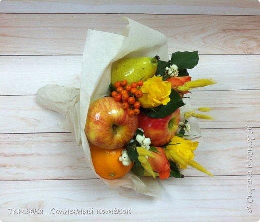Вкусный букет из фруктов, ягод и цветов фото 2