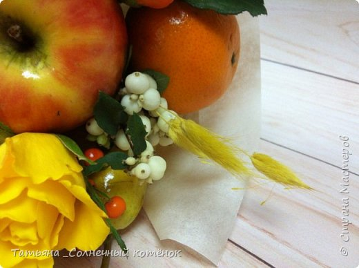 Вкусный букет из фруктов, ягод и цветов фото 3