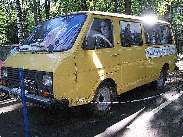 Первый полностью советский автомобиль АМО-Ф-15 был произведен заводом АМО в 1924 году.  С этого момента начинается развитие советского автомобилестроения.  В 1931—1933 предприятие АМО было реконструировано и, переименованное в ЗИС, выпускало грузовики по лицензии американской фирмы Autocar, а в Нижнем Новгороде (позже Горький) в 1930—1932 было построено предприятие НАЗ (ГАЗ), выпускавшее легковые и грузовые автомобили по лицензии фирмы Ford Motor.  Оба предприятия, построенные в ходе индустриализации, стали основой национального автомобилестроения и вместе с менее крупными предприятиями (Первый автосборочный, позже ГЗА (Нижний Новгород/Горький), ЯГАЗ — бывший «Лебедев» (Ярославль), КИМ (Москва) и т. д.) обеспечили к 1938 году выход СССР на первое место в Европе и второе в мире по выпуску грузовиков. фото 12