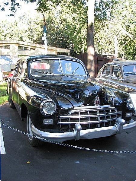 Первый полностью советский автомобиль АМО-Ф-15 был произведен заводом АМО в 1924 году.  С этого момента начинается развитие советского автомобилестроения.  В 1931—1933 предприятие АМО было реконструировано и, переименованное в ЗИС, выпускало грузовики по лицензии американской фирмы Autocar, а в Нижнем Новгороде (позже Горький) в 1930—1932 было построено предприятие НАЗ (ГАЗ), выпускавшее легковые и грузовые автомобили по лицензии фирмы Ford Motor.  Оба предприятия, построенные в ходе индустриализации, стали основой национального автомобилестроения и вместе с менее крупными предприятиями (Первый автосборочный, позже ГЗА (Нижний Новгород/Горький), ЯГАЗ — бывший «Лебедев» (Ярославль), КИМ (Москва) и т. д.) обеспечили к 1938 году выход СССР на первое место в Европе и второе в мире по выпуску грузовиков. фото 11