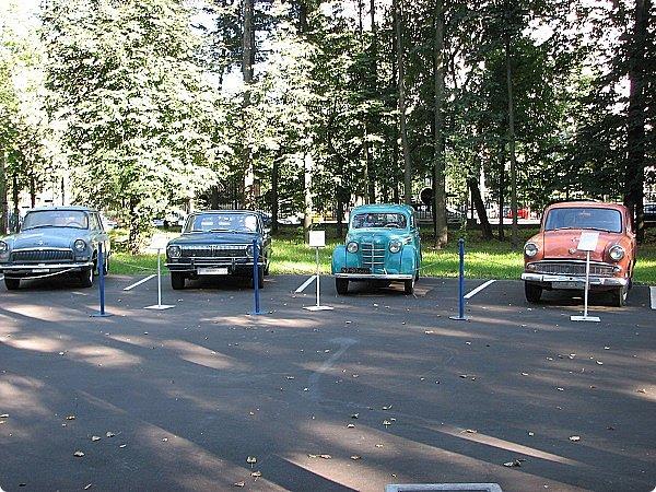 Первый полностью советский автомобиль АМО-Ф-15 был произведен заводом АМО в 1924 году.  С этого момента начинается развитие советского автомобилестроения.  В 1931—1933 предприятие АМО было реконструировано и, переименованное в ЗИС, выпускало грузовики по лицензии американской фирмы Autocar, а в Нижнем Новгороде (позже Горький) в 1930—1932 было построено предприятие НАЗ (ГАЗ), выпускавшее легковые и грузовые автомобили по лицензии фирмы Ford Motor.  Оба предприятия, построенные в ходе индустриализации, стали основой национального автомобилестроения и вместе с менее крупными предприятиями (Первый автосборочный, позже ГЗА (Нижний Новгород/Горький), ЯГАЗ — бывший «Лебедев» (Ярославль), КИМ (Москва) и т. д.) обеспечили к 1938 году выход СССР на первое место в Европе и второе в мире по выпуску грузовиков. фото 13