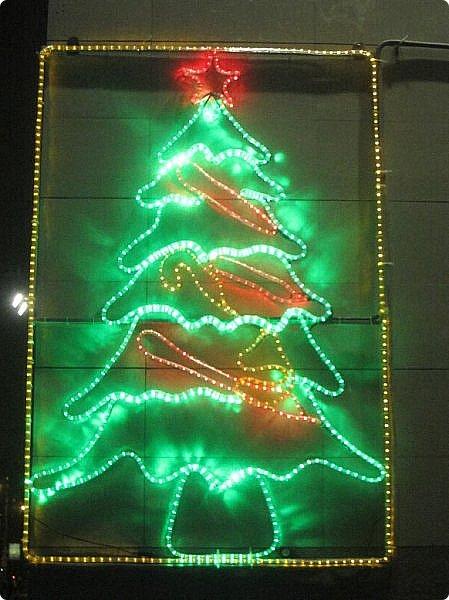 Какими красивыми становятся наши города в предверии Нового года и Рождества. Сказка по всюду!!! Я собрала коллекцию городских Новогодних ёлок. Ёлка на Поклонной горе г. Москва фото 10