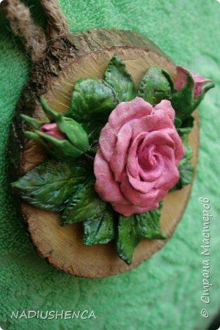 Роза на спиле дерева. фото 2