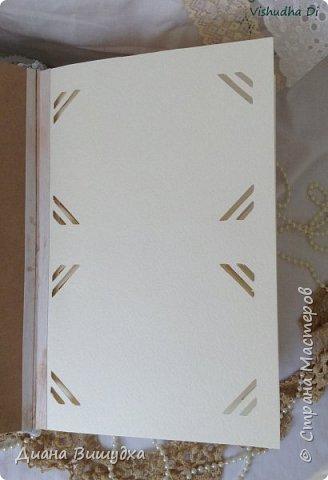 Несколько недель делала сие огромное чудо... Размером 18,5 х 28 х 8 см. Итак, приступим! Начну с обложки. Цвет альбома, как и было заявлено в пожелании заказчика, зелёный. Ткань для альбома плотная, высокого качества. Украшена обложка тремя видами кружева,репсовой лентой, металлическими уголками и металлической рамочкой, внутри которой бумага под дерево (не стала ничего писать на ней, так чтобы можно было самим назвать альбом как захочется). фото 8