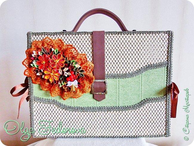 Здравствуйте, дорогие жители Страны Мастеров! Вот такой портфель с коробкой конфет у меня получился по МК Татьяны Малиновцевой. Украсила его композицией в стиле канзаши. фото 1