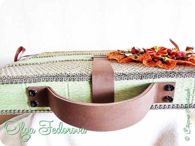 Здравствуйте, дорогие жители Страны Мастеров! Вот такой портфель с коробкой конфет у меня получился по МК Татьяны Малиновцевой. Украсила его композицией в стиле канзаши. фото 4