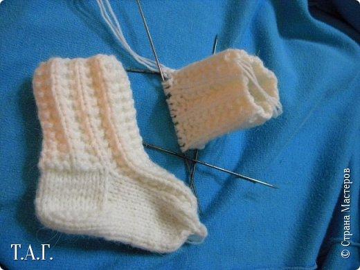 Что подарить малышу? У меня нет сомнения- носочки, связанные своими руками.  Приводя в систему снимки, наткнулась на несколько фото носочков. Создавались они в разное время и в разные годы. фото 4