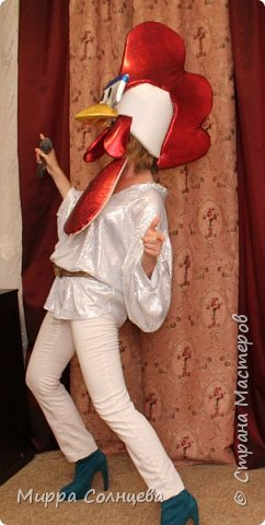 Символ 2017 года Петушок. Маска-шапка, изготовлена из 2 см поролона обтянута тканью бифлекс, голограмма блестящая, Маска одевается на голову как шапка, при этом лицо открыто. Смотрится на голове очень объёмно как ростовая олова, Артисту удобно в ней работать, дышать, Смотрится очень ярко, и эффектно. На взрослую голову . фото 4