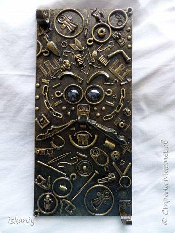 И снова мои любимые ключницы-хламучницы )) Всё как обычно собираем хлам крепим его, клеим, прикручиваем крючки, красим, золотим, лакируем и готово!  фото 1