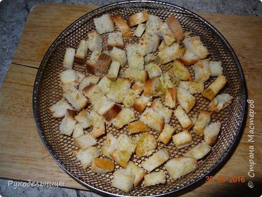 Всем добрый вечер. Подсела я девочки в это лето на этом вкусный салатик от Джемми Оливера(один из моих любимых кулинаров). Готовится всё просто из привычных продуктов. С одной стороны может показаться банально, но помидоры с сухариками это действительно вкусно. помидоры булка для сухариков соль, приправы, зубчик чеснока, оливковое масло-для сухариков заправка: оливковое масло+сок лимона фото 3