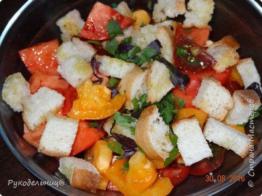 Всем добрый вечер. Подсела я девочки в это лето на этом вкусный салатик от Джемми Оливера(один из моих любимых кулинаров). Готовится всё просто из привычных продуктов. С одной стороны может показаться банально, но помидоры с сухариками это действительно вкусно. помидоры булка для сухариков соль, приправы, зубчик чеснока, оливковое масло-для сухариков заправка: оливковое масло+сок лимона фото 1