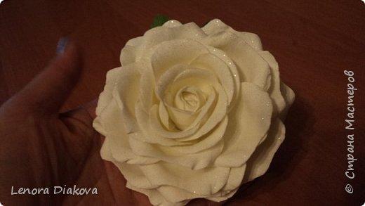 Доброе утро всем! Пользуясь случаем всех поздравляю с праздником! Удачи вам в новом учебном году! А я начала учебный год новыми розами. Пригласили нас с мужем на свадьбу. Захотелось сделать себе к платью розу, а мужу бутоньерку. Ну и понеслось...  Остановиться на одном цветке не смогла. Выкройку взяла в книжке очень старой. Когда-то делала цветы из ткани.  Вот что получилось фото 3