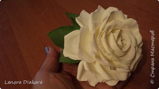 Доброе утро всем! Пользуясь случаем всех поздравляю с праздником! Удачи вам в новом учебном году! А я начала учебный год новыми розами. Пригласили нас с мужем на свадьбу. Захотелось сделать себе к платью розу, а мужу бутоньерку. Ну и понеслось...  Остановиться на одном цветке не смогла. Выкройку взяла в книжке очень старой. Когда-то делала цветы из ткани.  Вот что получилось фото 4