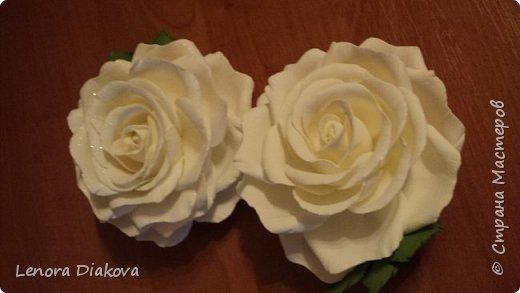Доброе утро всем! Пользуясь случаем всех поздравляю с праздником! Удачи вам в новом учебном году! А я начала учебный год новыми розами. Пригласили нас с мужем на свадьбу. Захотелось сделать себе к платью розу, а мужу бутоньерку. Ну и понеслось...  Остановиться на одном цветке не смогла. Выкройку взяла в книжке очень старой. Когда-то делала цветы из ткани.  Вот что получилось фото 5