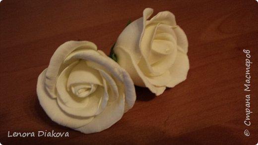 Доброе утро всем! Пользуясь случаем всех поздравляю с праздником! Удачи вам в новом учебном году! А я начала учебный год новыми розами. Пригласили нас с мужем на свадьбу. Захотелось сделать себе к платью розу, а мужу бутоньерку. Ну и понеслось...  Остановиться на одном цветке не смогла. Выкройку взяла в книжке очень старой. Когда-то делала цветы из ткани.  Вот что получилось фото 9