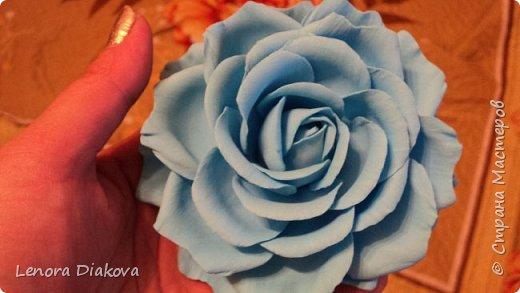 Доброе утро всем! Пользуясь случаем всех поздравляю с праздником! Удачи вам в новом учебном году! А я начала учебный год новыми розами. Пригласили нас с мужем на свадьбу. Захотелось сделать себе к платью розу, а мужу бутоньерку. Ну и понеслось...  Остановиться на одном цветке не смогла. Выкройку взяла в книжке очень старой. Когда-то делала цветы из ткани.  Вот что получилось фото 10
