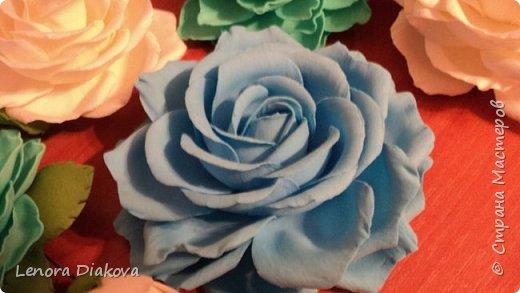 Доброе утро всем! Пользуясь случаем всех поздравляю с праздником! Удачи вам в новом учебном году! А я начала учебный год новыми розами. Пригласили нас с мужем на свадьбу. Захотелось сделать себе к платью розу, а мужу бутоньерку. Ну и понеслось...  Остановиться на одном цветке не смогла. Выкройку взяла в книжке очень старой. Когда-то делала цветы из ткани.  Вот что получилось фото 1