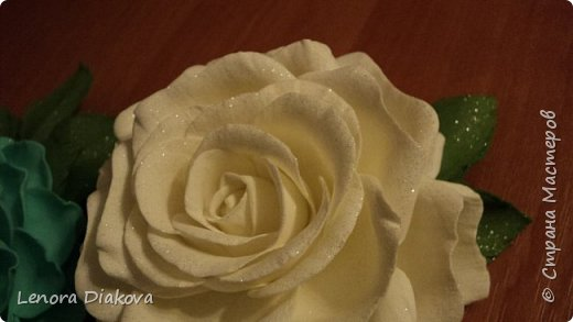Доброе утро всем! Пользуясь случаем всех поздравляю с праздником! Удачи вам в новом учебном году! А я начала учебный год новыми розами. Пригласили нас с мужем на свадьбу. Захотелось сделать себе к платью розу, а мужу бутоньерку. Ну и понеслось...  Остановиться на одном цветке не смогла. Выкройку взяла в книжке очень старой. Когда-то делала цветы из ткани.  Вот что получилось фото 12