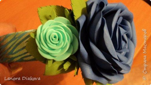 Доброе утро всем! Пользуясь случаем всех поздравляю с праздником! Удачи вам в новом учебном году! А я начала учебный год новыми розами. Пригласили нас с мужем на свадьбу. Захотелось сделать себе к платью розу, а мужу бутоньерку. Ну и понеслось...  Остановиться на одном цветке не смогла. Выкройку взяла в книжке очень старой. Когда-то делала цветы из ткани.  Вот что получилось фото 13
