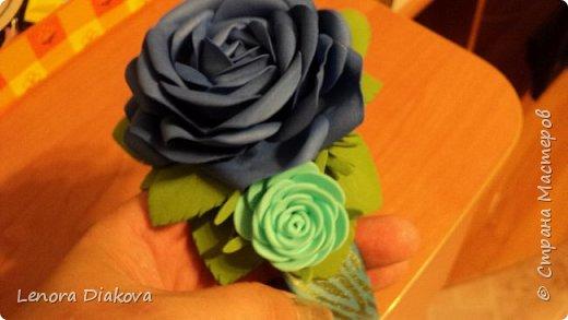 Доброе утро всем! Пользуясь случаем всех поздравляю с праздником! Удачи вам в новом учебном году! А я начала учебный год новыми розами. Пригласили нас с мужем на свадьбу. Захотелось сделать себе к платью розу, а мужу бутоньерку. Ну и понеслось...  Остановиться на одном цветке не смогла. Выкройку взяла в книжке очень старой. Когда-то делала цветы из ткани.  Вот что получилось фото 14