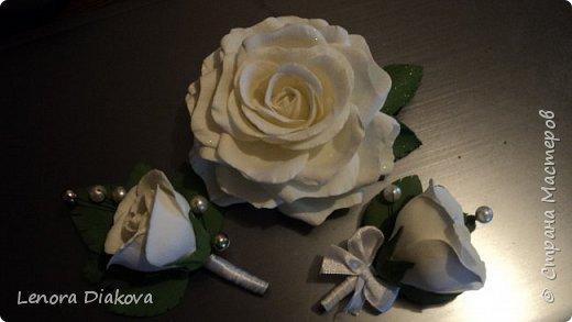 Доброе утро всем! Пользуясь случаем всех поздравляю с праздником! Удачи вам в новом учебном году! А я начала учебный год новыми розами. Пригласили нас с мужем на свадьбу. Захотелось сделать себе к платью розу, а мужу бутоньерку. Ну и понеслось...  Остановиться на одном цветке не смогла. Выкройку взяла в книжке очень старой. Когда-то делала цветы из ткани.  Вот что получилось фото 15