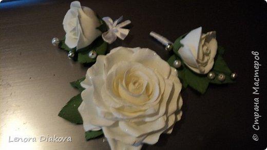 Доброе утро всем! Пользуясь случаем всех поздравляю с праздником! Удачи вам в новом учебном году! А я начала учебный год новыми розами. Пригласили нас с мужем на свадьбу. Захотелось сделать себе к платью розу, а мужу бутоньерку. Ну и понеслось...  Остановиться на одном цветке не смогла. Выкройку взяла в книжке очень старой. Когда-то делала цветы из ткани.  Вот что получилось фото 16
