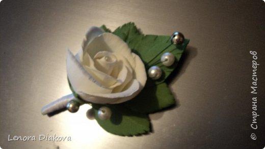 Доброе утро всем! Пользуясь случаем всех поздравляю с праздником! Удачи вам в новом учебном году! А я начала учебный год новыми розами. Пригласили нас с мужем на свадьбу. Захотелось сделать себе к платью розу, а мужу бутоньерку. Ну и понеслось...  Остановиться на одном цветке не смогла. Выкройку взяла в книжке очень старой. Когда-то делала цветы из ткани.  Вот что получилось фото 17