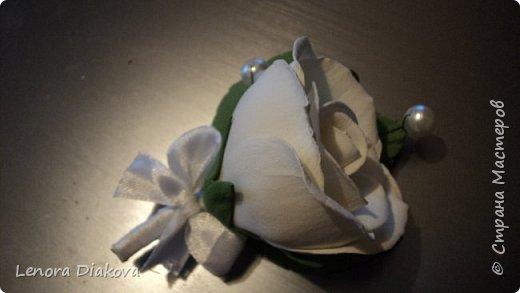 Доброе утро всем! Пользуясь случаем всех поздравляю с праздником! Удачи вам в новом учебном году! А я начала учебный год новыми розами. Пригласили нас с мужем на свадьбу. Захотелось сделать себе к платью розу, а мужу бутоньерку. Ну и понеслось...  Остановиться на одном цветке не смогла. Выкройку взяла в книжке очень старой. Когда-то делала цветы из ткани.  Вот что получилось фото 18