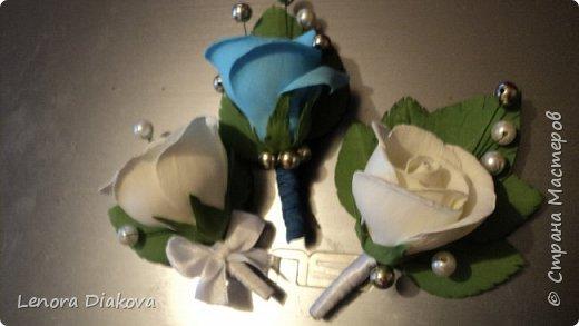 Доброе утро всем! Пользуясь случаем всех поздравляю с праздником! Удачи вам в новом учебном году! А я начала учебный год новыми розами. Пригласили нас с мужем на свадьбу. Захотелось сделать себе к платью розу, а мужу бутоньерку. Ну и понеслось...  Остановиться на одном цветке не смогла. Выкройку взяла в книжке очень старой. Когда-то делала цветы из ткани.  Вот что получилось фото 20