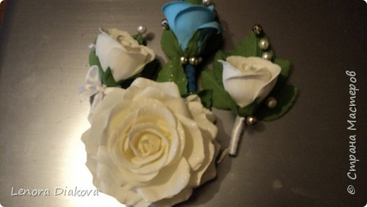 Доброе утро всем! Пользуясь случаем всех поздравляю с праздником! Удачи вам в новом учебном году! А я начала учебный год новыми розами. Пригласили нас с мужем на свадьбу. Захотелось сделать себе к платью розу, а мужу бутоньерку. Ну и понеслось...  Остановиться на одном цветке не смогла. Выкройку взяла в книжке очень старой. Когда-то делала цветы из ткани.  Вот что получилось фото 21
