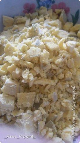 нам понадобится:   300 граммов филе куриного отварного - 3 вареных яйца - 200 грамм чернослива (я еще добавила маслины,чернослив показался мне слишком сладкий) - 100 грамм сыра плавленного  - майонез - свежий огурец фото 5