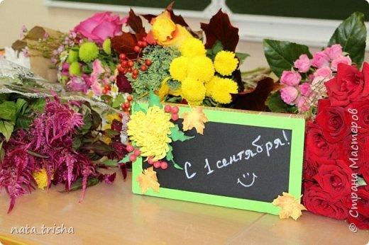 Дорогие соседи,с праздником! Подарок учителю,коробка конфет украшенная цветами иягодами из фома.