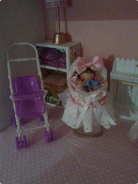Вот такой у нас получился подарок племяннице-первоклашке. Дом подходит для кукол до 30см (барби, монстры и т.п.) Было принято решение оставить стены пустыми, чтобы ребенок в процессе игры сам мог повесить картины, часы или что ему захочется. фото 7