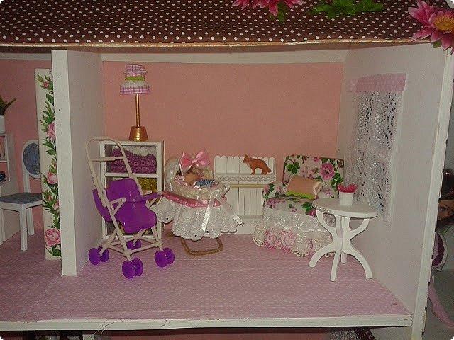 Вот такой у нас получился подарок племяннице-первоклашке. Дом подходит для кукол до 30см (барби, монстры и т.п.) Было принято решение оставить стены пустыми, чтобы ребенок в процессе игры сам мог повесить картины, часы или что ему захочется. фото 5