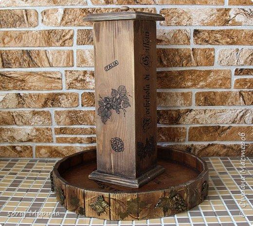 """Короб из массива кедра декорирован в стиле Кантри, немного состарен до состояния старенький. выбеленный временем. но ухоженный. Финишное покрытие воск. очень гладенький, шелковый на ощупь. Внутри баночка не обработана ( чистое дерево), можно хранить орешки или сухофрукты.   В работе использованы материалы, отмеченные знаком """"Голубой ангел"""", которые являются безопасными для здоровья человека. Баночки прекрасно сочетаются со всеми предметами коллекции """"Вспоминая Италию"""" www. < ссылка удалена в соответствии с п. 2.4. <a href=""""/print/regulations"""">ПС.</a> > /sovaj?cid=62255  Лесной орех (фундук) - сердце кухни Италии. Если Вы когда-либо пробовали традиционные продукты, как например, печенье тоццетто в сочетании с вином Vin Santo, то Вы понимаете, что значит настоящие итальянские лесные орехи, известные своим сладким вкусом с лёгким запахом карамели и мёда. На юге, воплощение сладости фундука находит в уникальном десерте """"торроне"""". Италия занимает второе место в мире по культивации, а главным центром производства стала Туския, что в расположилась между Римом и Витебро, региона Лацио. Именно здесь появляются на свет знаменитые орехи и сухофрукты, возведшие на вершину совершенства аромата вид «Ноччола ди Гриффони IGP ».   фото 2"""