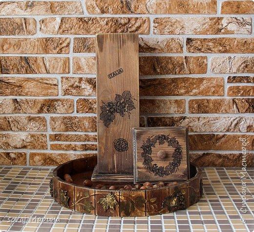 """Короб из массива кедра декорирован в стиле Кантри, немного состарен до состояния старенький. выбеленный временем. но ухоженный. Финишное покрытие воск. очень гладенький, шелковый на ощупь. Внутри баночка не обработана ( чистое дерево), можно хранить орешки или сухофрукты.   В работе использованы материалы, отмеченные знаком """"Голубой ангел"""", которые являются безопасными для здоровья человека. Баночки прекрасно сочетаются со всеми предметами коллекции """"Вспоминая Италию"""" www. < ссылка удалена в соответствии с п. 2.4. <a href=""""/print/regulations"""">ПС.</a> > /sovaj?cid=62255  Лесной орех (фундук) - сердце кухни Италии. Если Вы когда-либо пробовали традиционные продукты, как например, печенье тоццетто в сочетании с вином Vin Santo, то Вы понимаете, что значит настоящие итальянские лесные орехи, известные своим сладким вкусом с лёгким запахом карамели и мёда. На юге, воплощение сладости фундука находит в уникальном десерте """"торроне"""". Италия занимает второе место в мире по культивации, а главным центром производства стала Туския, что в расположилась между Римом и Витебро, региона Лацио. Именно здесь появляются на свет знаменитые орехи и сухофрукты, возведшие на вершину совершенства аромата вид «Ноччола ди Гриффони IGP ».   фото 3"""