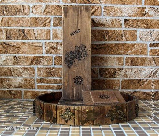 """Короб из массива кедра декорирован в стиле Кантри, немного состарен до состояния старенький. выбеленный временем. но ухоженный. Финишное покрытие воск. очень гладенький, шелковый на ощупь. Внутри баночка не обработана ( чистое дерево), можно хранить орешки или сухофрукты.   В работе использованы материалы, отмеченные знаком """"Голубой ангел"""", которые являются безопасными для здоровья человека. Баночки прекрасно сочетаются со всеми предметами коллекции """"Вспоминая Италию"""" www. < ссылка удалена в соответствии с п. 2.4. <a href=""""/print/regulations"""">ПС.</a> > /sovaj?cid=62255  Лесной орех (фундук) - сердце кухни Италии. Если Вы когда-либо пробовали традиционные продукты, как например, печенье тоццетто в сочетании с вином Vin Santo, то Вы понимаете, что значит настоящие итальянские лесные орехи, известные своим сладким вкусом с лёгким запахом карамели и мёда. На юге, воплощение сладости фундука находит в уникальном десерте """"торроне"""". Италия занимает второе место в мире по культивации, а главным центром производства стала Туския, что в расположилась между Римом и Витебро, региона Лацио. Именно здесь появляются на свет знаменитые орехи и сухофрукты, возведшие на вершину совершенства аромата вид «Ноччола ди Гриффони IGP ».   фото 4"""